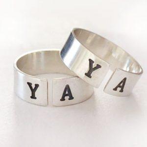 טבעת פס עם אותיות