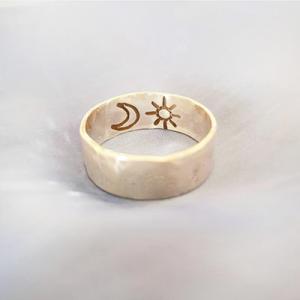 טבעת רקועה עם חריטה פנימית