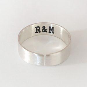 טבעת לגבר פתוחה עם חריטה פנימית